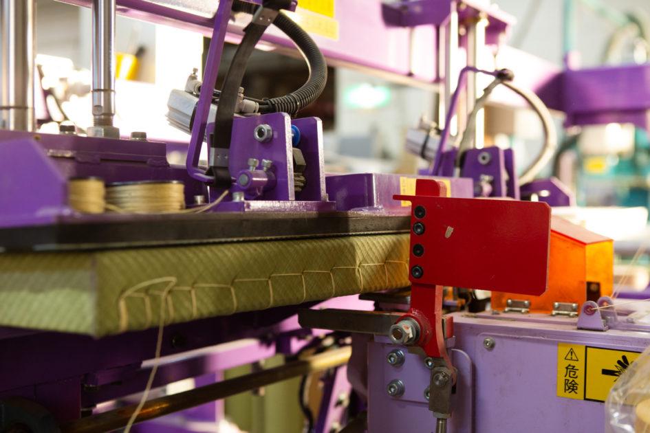 畳表を畳床に機械縫いで束縛する