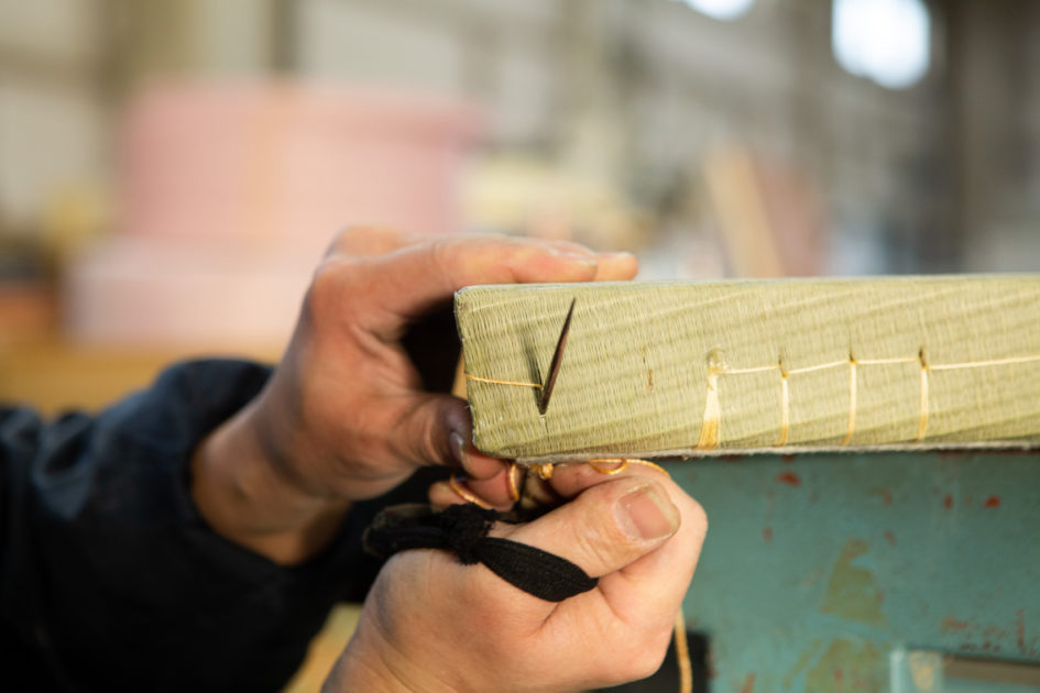 畳の角部分を手縫する